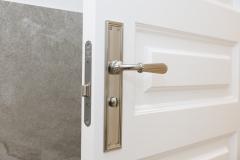 manilla calidad en puerta maciza blanca