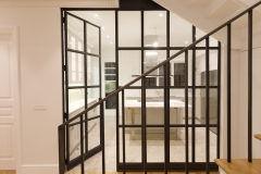 lateral de escaleras con vista a cocina